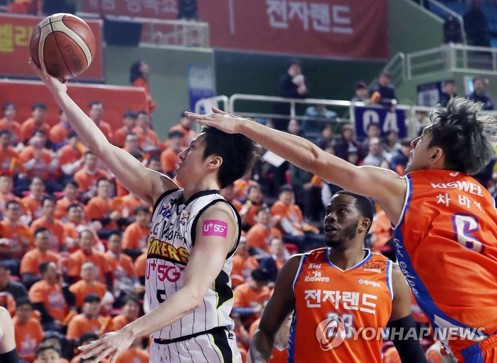 In this file photo from April 4, 2019, Kim Si-rae of the LG Sakers (L) takes a layup past Cha Ba-wi of the ET Land Elephants (R) during a Korean Basketball League playoff game at Incheon Samsan World Gymnasium in Incheon, 40 kilometers west of Seoul. (Yonhap)