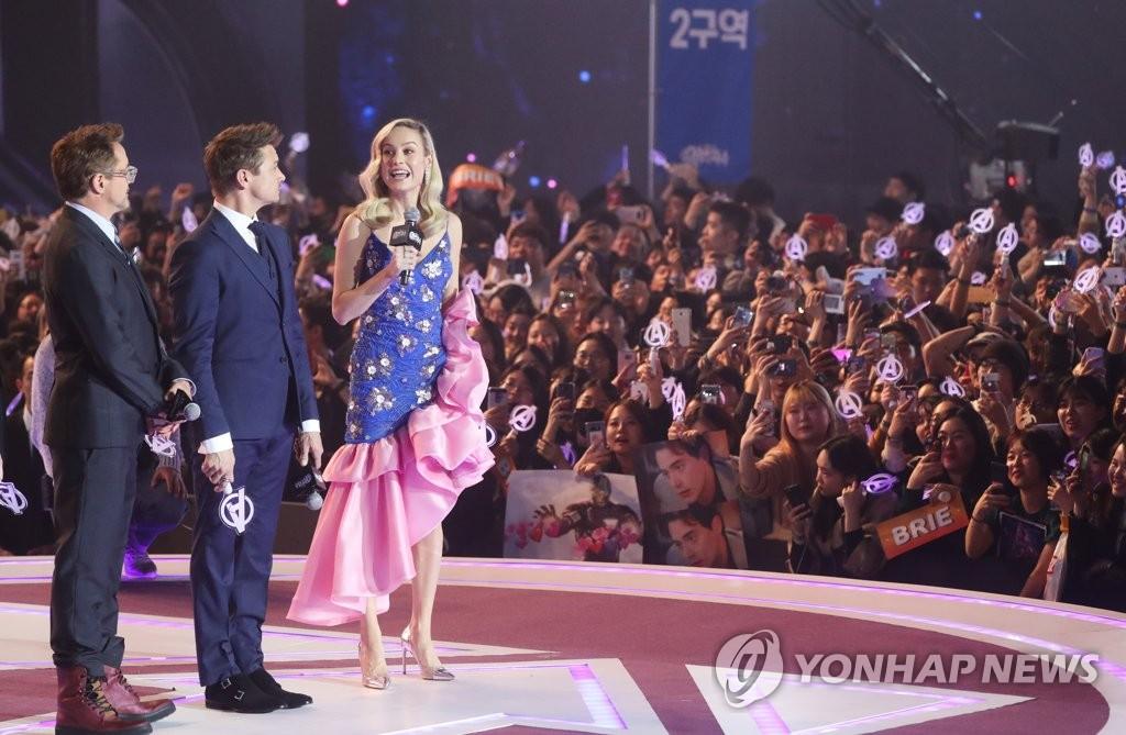 한국 팬들과 인사하는 어벤져스