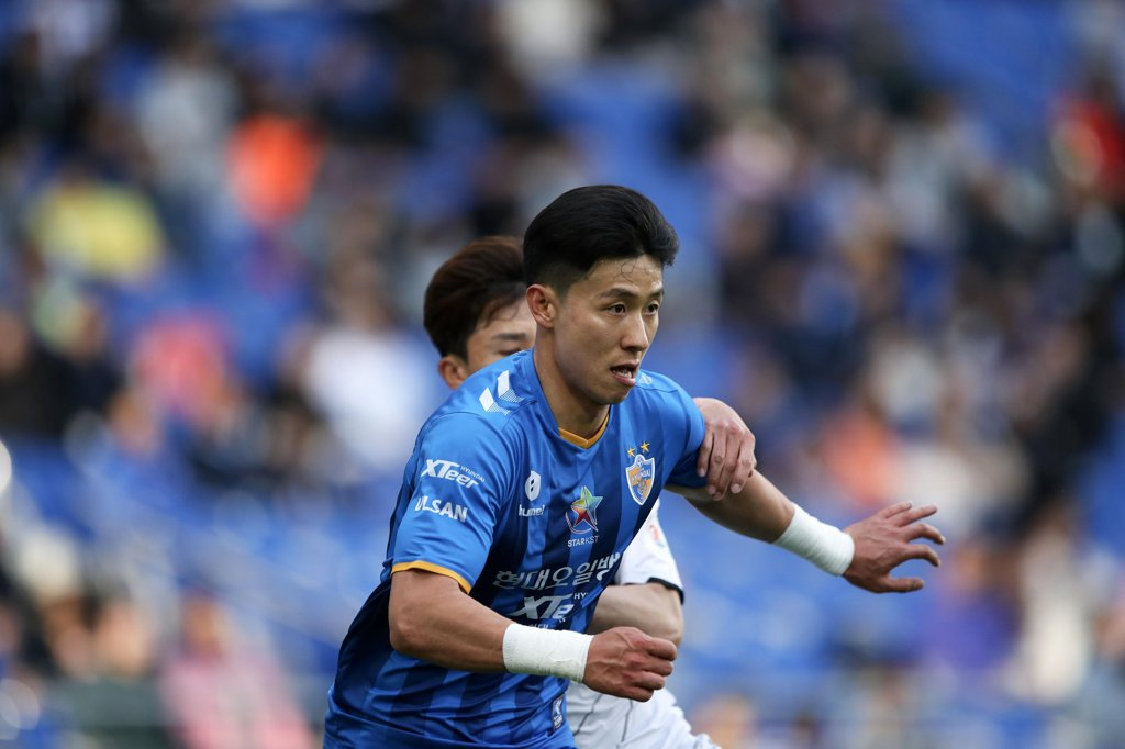 In this April 28, 2019, file photo provided by the K League, Kim Tae-hwan of Ulsan Hyundai FC is in action against Gyeongnam FC in a K League 1 match at Munsu Football Stadium in Ulsan, 400 kilometers southeast of Seoul. (Yonhap)