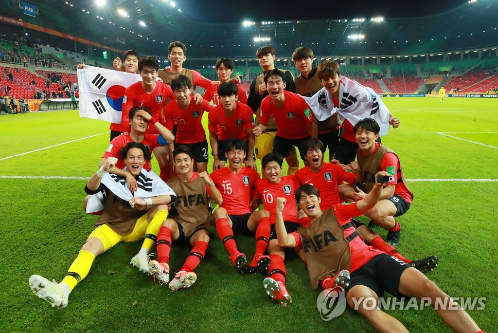 South Korean players celebrate their 2-1 victory over Argentina in the teams' Group F match at the FIFA U-20 World Cup at Tychy Stadium in Tychy, Poland, on May 31, 2019. South Korea advanced to the round of 16 with the win. (Yonhap)