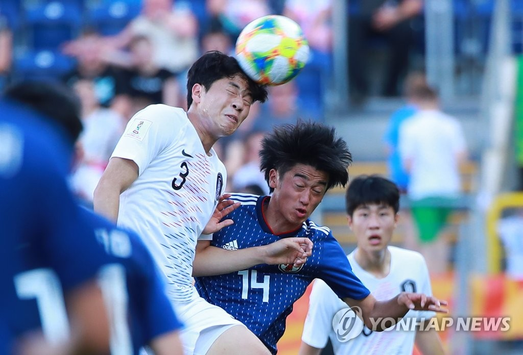 Lee Jae-ik of South Korea (L) puts his head on the ball over Jun Nishikawa of Japan during their round of 16 match at the FIFA U-20 World Cup at Lublin Stadium in Lublin, Poland, on June 4, 2019. (Yonhap)