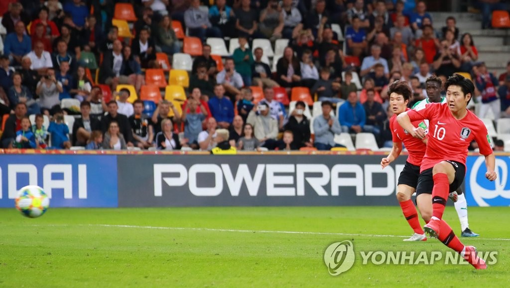 Lee Kang-in of South Korea converts a penalty against Senegal in the teams' quarterfinals match at the FIFA U-20 World Cup at Bielsko-Biala Stadium in Bielsko-Biala, Poland, on June 8, 2019. (Yonhap)