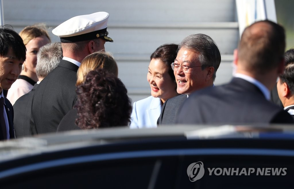 South Korean President Moon Jae-in is greeted by Finnish officials at the Helsinki Airport on June 10, 2019. (Yonhap)