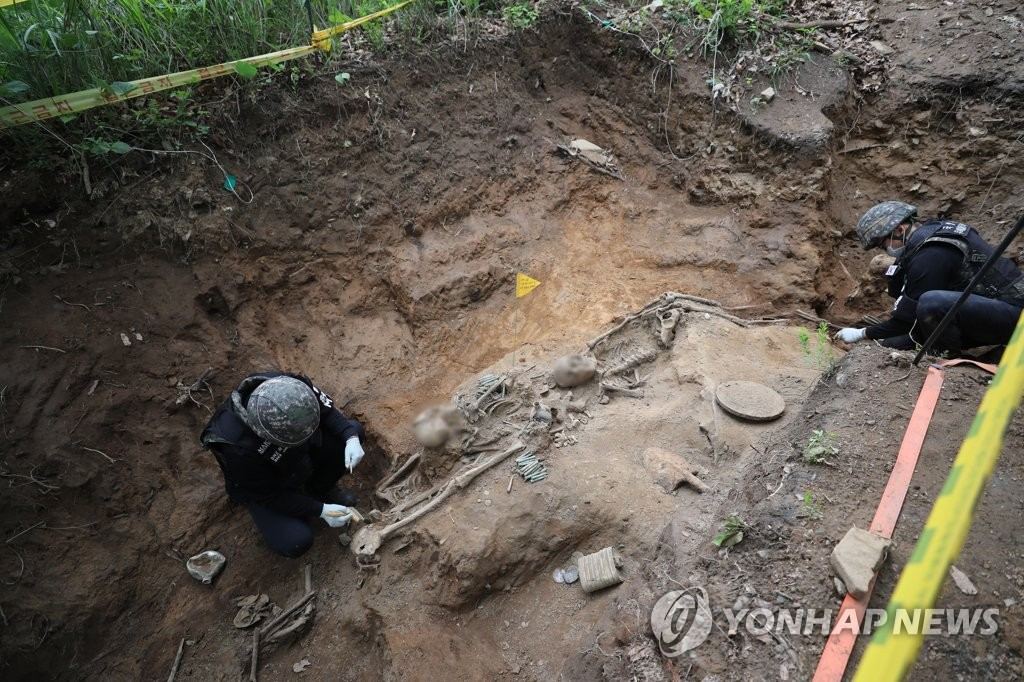 South Korean soldiers excavate war remains at Arrowhead Ridge in the Demilitarized Zone (DMZ) that bisects the two Koreas on June 11, 2019. (Pool photo) (Yonhap)