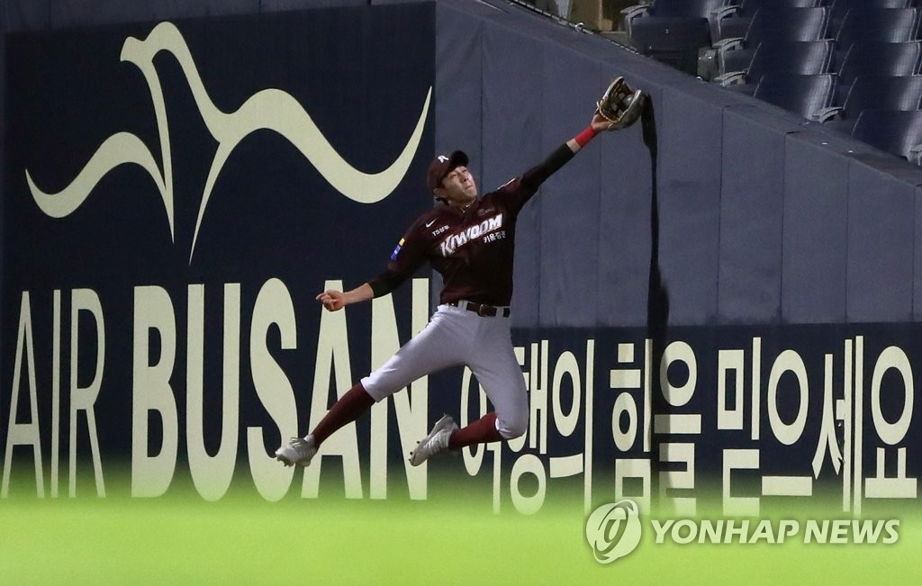 In this file photo from June 11, 2019, Kiwoom Heroes right fielder Lee Jung-hoo tries to field the ball at the fence against the NC Dinos in the bottom of the sixth inning of a Korea Baseball Organization regular season game at Changwon NC Park in Changwon, 400 kilometers southeast of Seoul. (Yonhap)