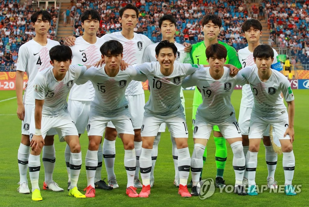 The South Korean starting lineup poses for photos before facing Ecuador in the semifinals of the FIFA U-20 World Cup at Lublin Stadium in Lublin, Poland, on June 11, 2019. Top row, from left: Lee Ji-sol, Lee Jae-ik, Oh Se-hun, Kim Hyun-woo, Lee Gwang-yeon and Hwang Tae-hyeon. Bottom row, from left: Go Jae-hyeon, Jeong Ho-jin, Lee Kang-in, Choi Jun and Kim Se-yun. (Yonhap)