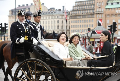 Moon attends welcoming ceremony in Stockholm