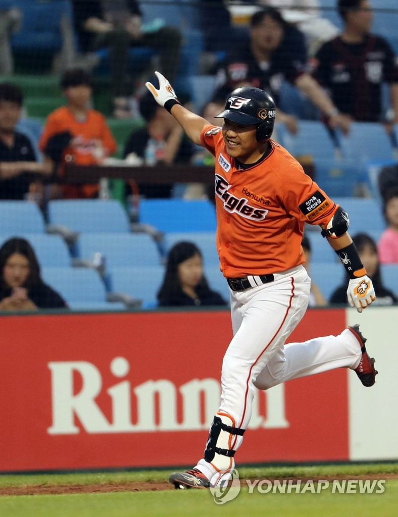 In this file photo from July 7, 2019, Jeong Keun-woo of the Hanwha Eagles heads home after hitting a solo shot against the KT Wiz in the bottom of the fifth inning of a Korea Baseball Organization regular season game at Hanwha Life Eagles Park in Daejeon, 160 kilometers south of Seoul. (Yonhap)