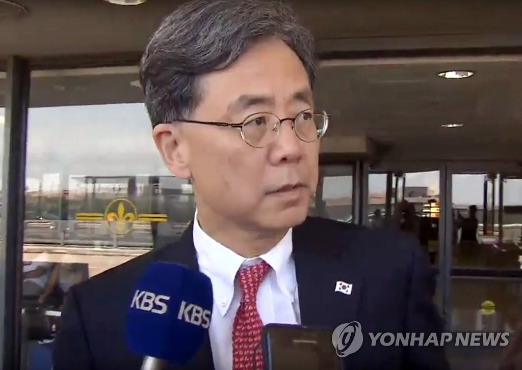 This photo, captured from footage provided by KBS, shows Kim Hyun-chong, deputy chief of Cheong Wa Dae's National Security Office, talking to reporters at Dulles International Airport in Washington on July 10, 2019. (PHOTO NOT FOR SALE) (Yonhap)