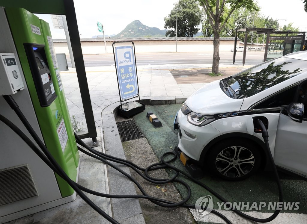 An electric car is being charged at a power station in central Seoul in this file photo taken Aug. 2, 2019. (Yonhap)