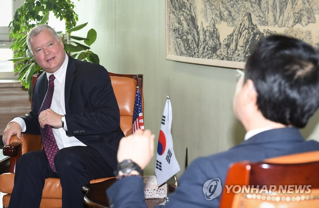 U.S. Special Representative for North Korea Stephen Biegun (L) talks with his South Korean counterpart, Lee Do-hoon, at the foreign ministry in Seoul on Aug. 21, 2019. (Yonhap)