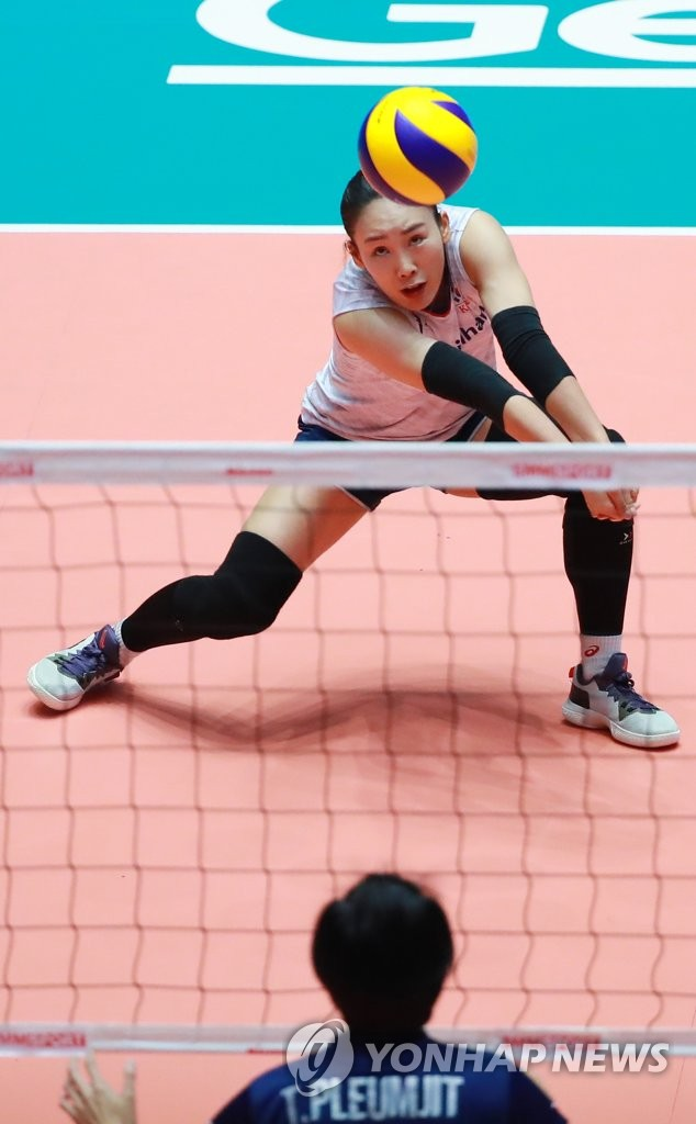 Oh Ji-young of South Korea receives a serve from Thailand during the teams' second-round match at the Asian Women's Volleyball Championship at Jamsil Arena in Seoul on Aug. 23, 2019. (Yonhap)