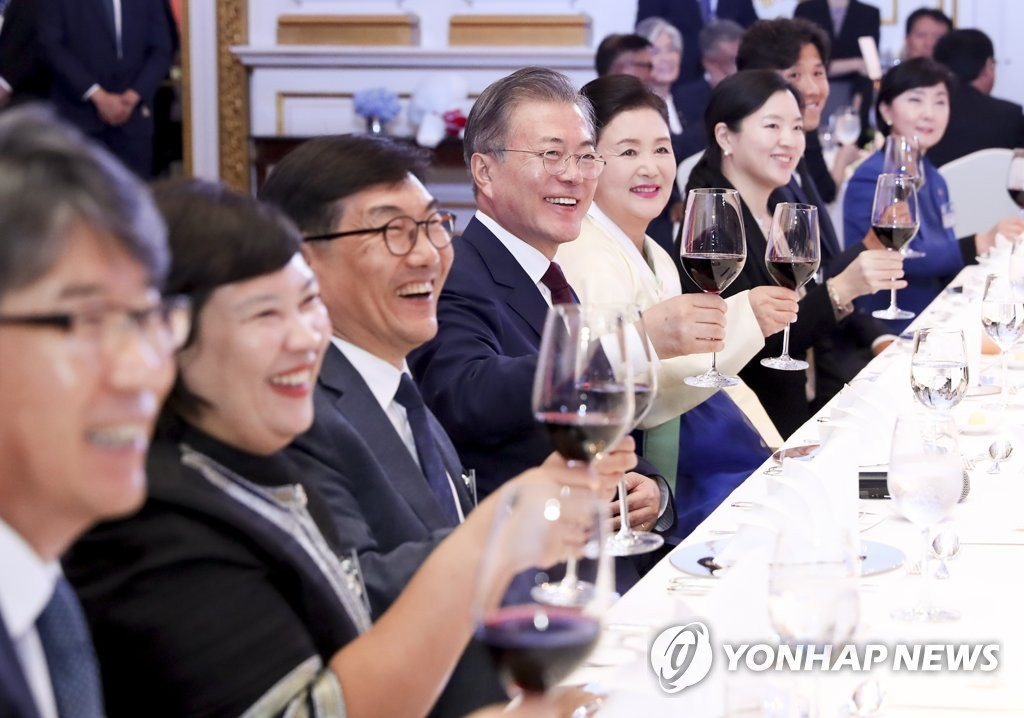 South Korean President Moon Jae-in (4th from L) and first lady Kim Jung-sook, sitting next to him, toast in a Bangkok meeting with ethnic Koreans residing in Thailand on Sept. 2, 2019. (Yonhap)