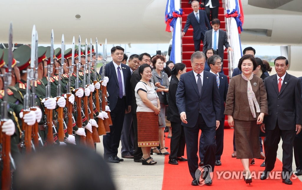 South Korean President Moon Jae-in and first lady Kim Jung-sook arrive in Vientiane, Laos, on Sept. 5, 2019. (Yonhap)