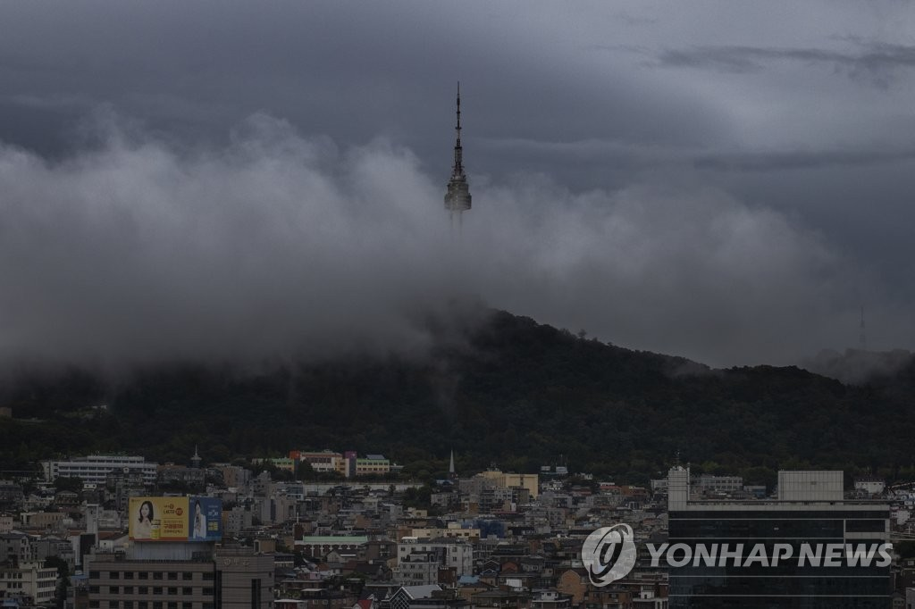 Seoul's landmark Namsan Tower is covered by clouds on Sept. 5, 2019, as Typhoon Lingling moves northward to South Korea. (Yonhap)
