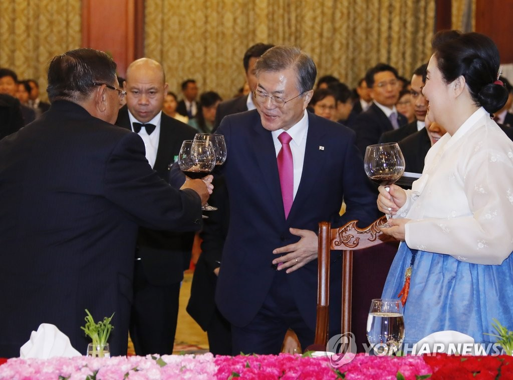 South Korean President Moon Jae-in toasts with his Laotian counterpart, Bounnhang Vorachith, during a state dinner held at the Presidential Palace in Vientiane on Sept. 5, 2019. (Yonhap)