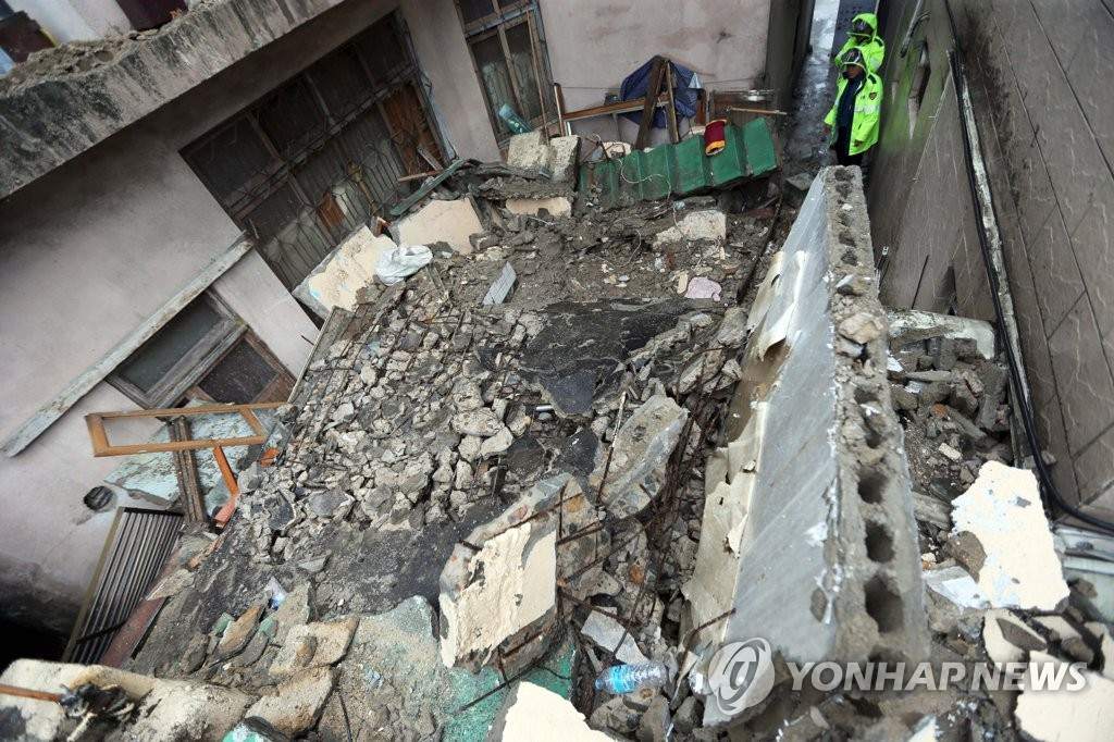 This photo shows an old two-story house that collapsed in the southeastern port city of Busan on Sept. 21, 2019, killing a 72-year-old woman who lived on the first floor. (Yonhap)
