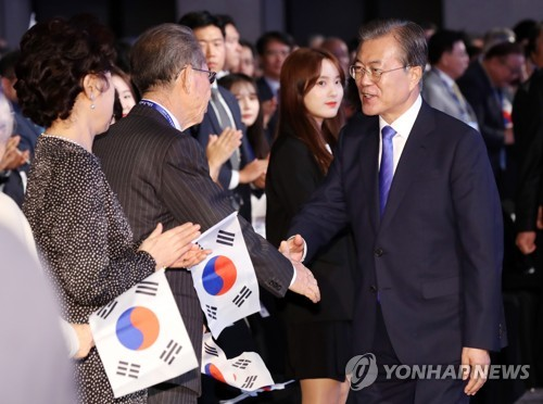 (LEAD) Moon vows efforts for 'peace economy' to help overseas S. Korean biz leaders