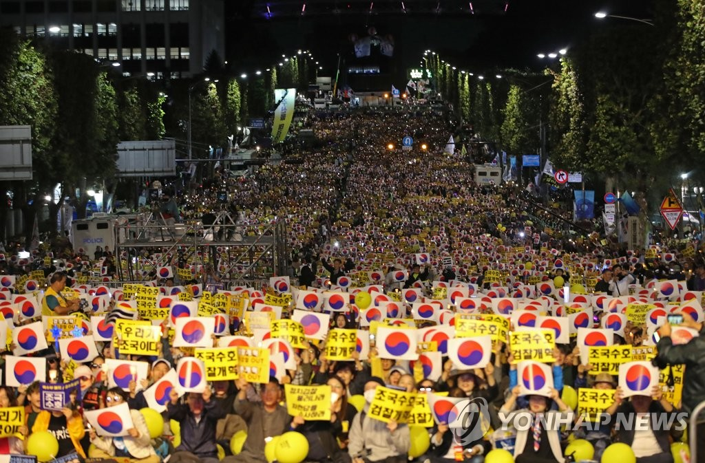 This Oct. 5, 2019, photo shows Cho Kuk supporters waving signs and the Korean national flag in a weekend candlelight rally. (Yonhap)