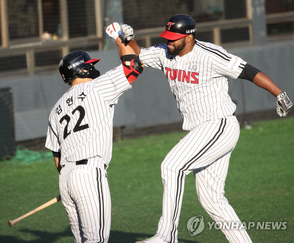 Carlos Peguero of the LG Twins (R) celebrates his solo home run against the Kiwoom Heroes with teammate Kim Hyun-soo in the bottom of the eighth inning of Game 3 of their first-round playoff series in the Korea Baseball Organization at Jamsil Stadium in Seoul on Oct. 9, 2019. (Yonhap)