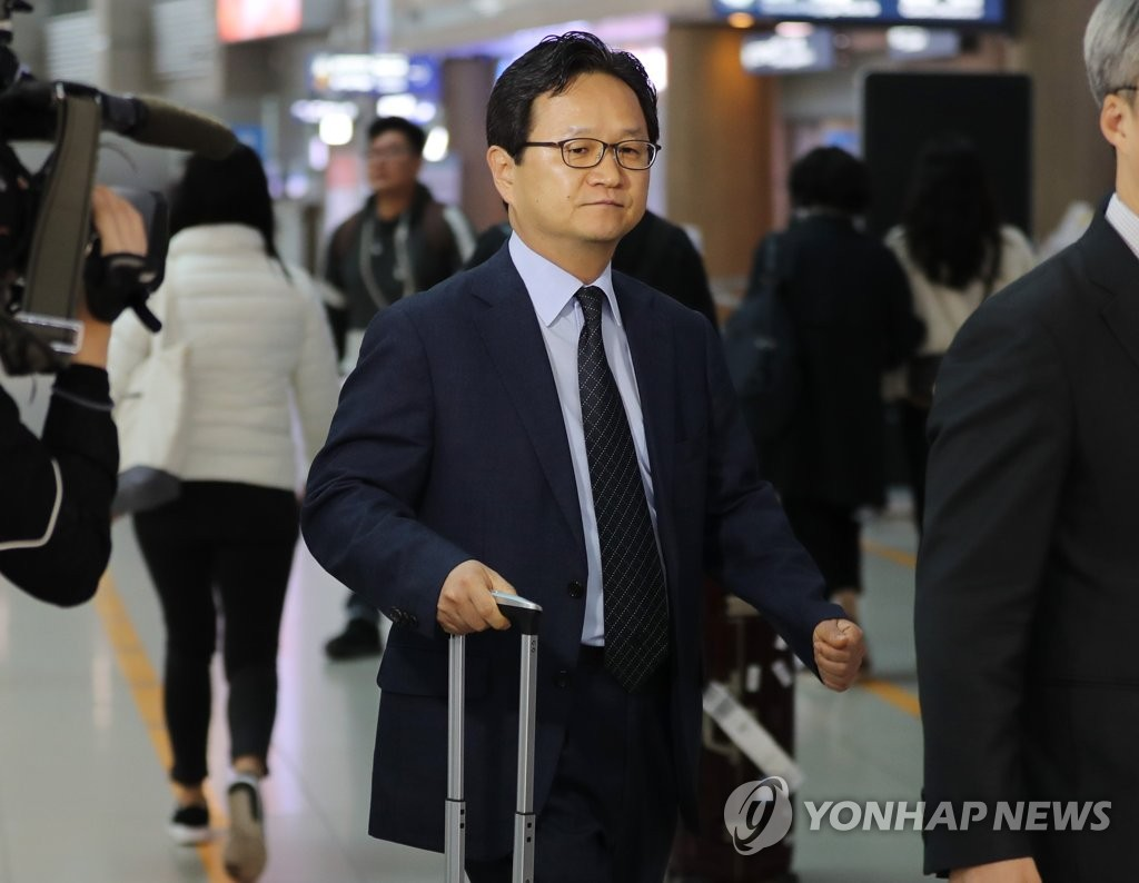 Chung Hae-kwan, director-general of multilateral and legal affairs at the Ministry of Trade, Industry and Energy, departs from Incheon International Airport, west of Seoul, on Oct. 10, 2019, to hold a meeting with his Japanese counterpart on their countries' on-going trade dispute in Geneva on Oct. 11. (Yonhap)