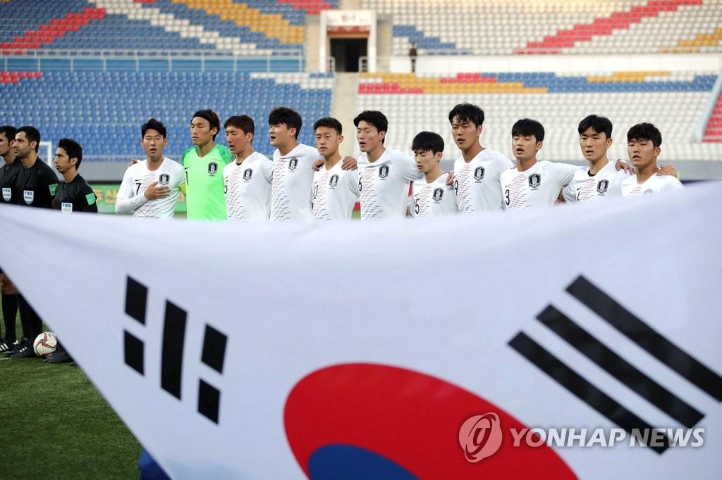 15일 북한과의 경기 앞두고 애국가 부르는 한국 선수들