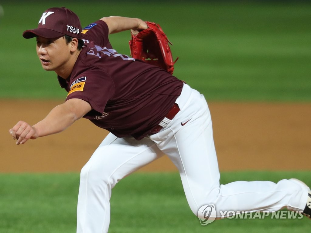Oh Ju-won of the Kiwoom Heroes throws a pitch against the SK Wyverns in the bottom of the ninth inning of Game 2 of the second round Korea Baseball Organization (KBO) playoff series at SK Happy Dream Park in Incheon, 40 kilometers west of Seoul, on Oct. 15, 2019. (Yonhap)