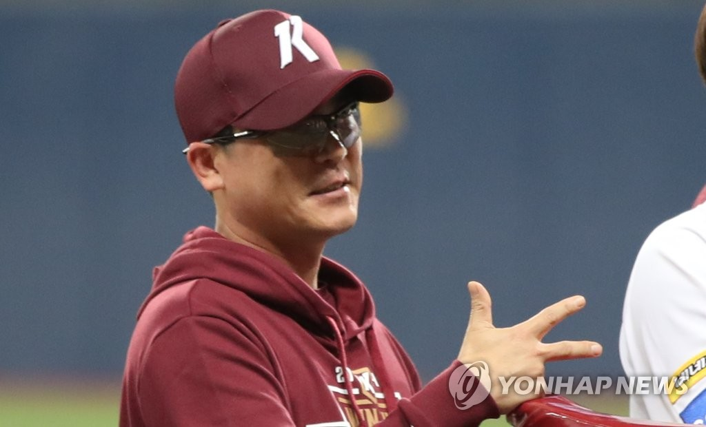 "Kiwoom Heroes manager Jang Jung-suk makes the alphabet ""K"" with his fingers in celebration of the team's advancing to the Korean Series, following a 10-1 win over the SK Wyverns in Game 3 of the second round Korea Baseball Organization playoff series at Gocheok Sky Dome in Seoul on Oct. 17, 2019. (Yonhap)"