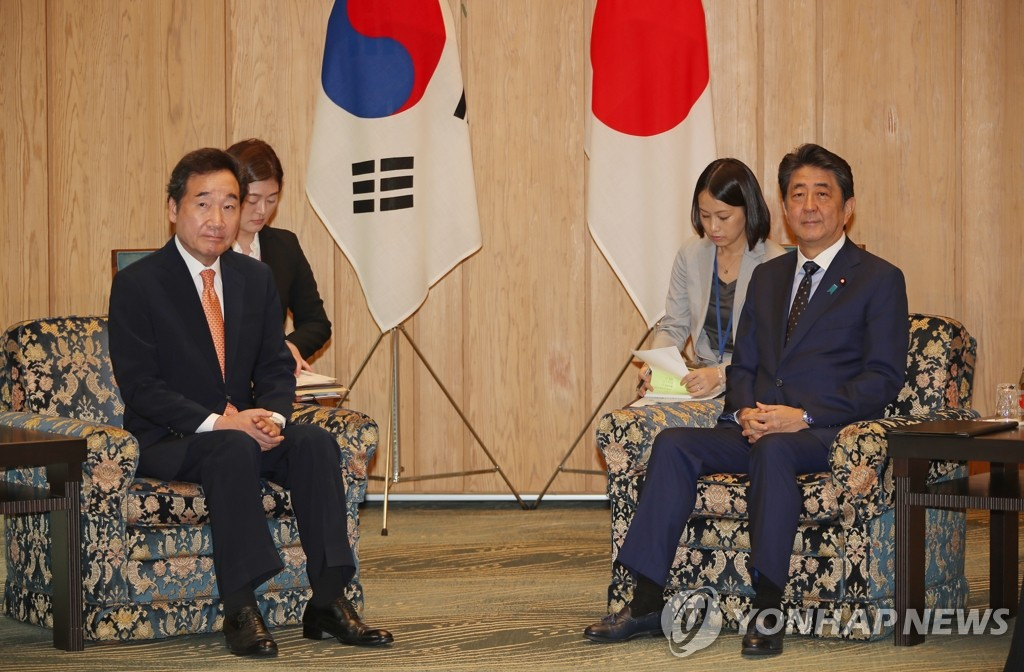 South Korean Prime Minister Lee Nak-yon (L) and Japanese Prime Minister Shinzo Abe (R) hold talks in Tokyo over the frayed ties between the two nations on Oct. 24, 2019. (Yonhap)