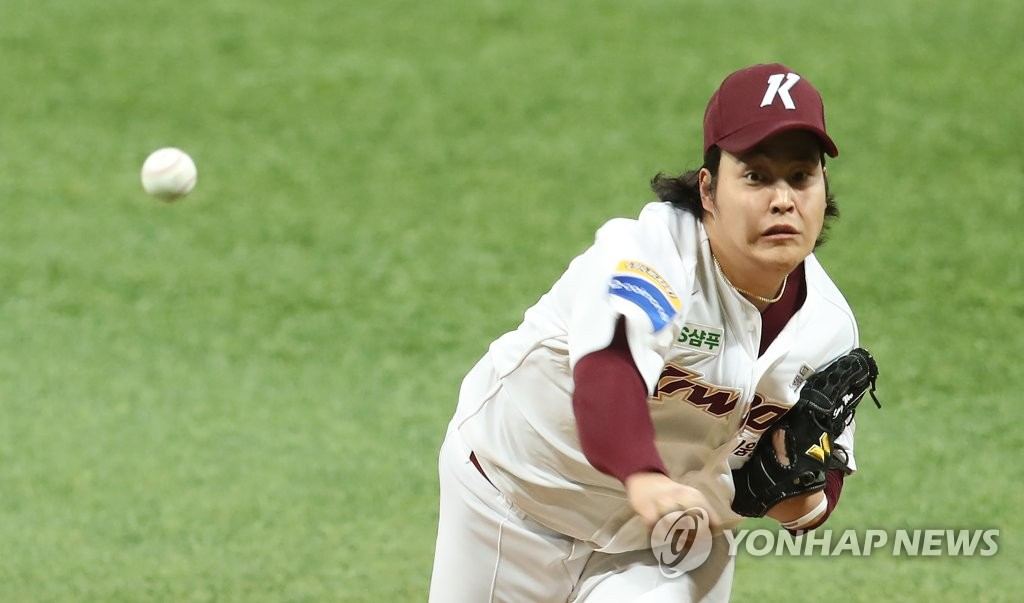 Cho Sang-woo of the Kiwoom Heroes pitches against the Doosan Bears in the top of the sixth inning of Game 4 of the Korean Series at Gocheok Sky Dome in Seoul on Oct. 26, 2019. (Yonhap)