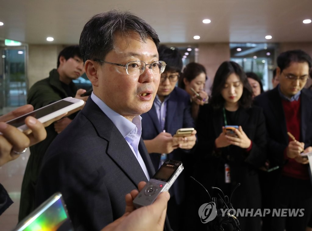 Yoon Myun-shik, senior deputy governor of Bank of Korea, speaks to reporters at the South Korean central bank's Seoul headquarters on Oct. 31, 2019. (Yonhap)