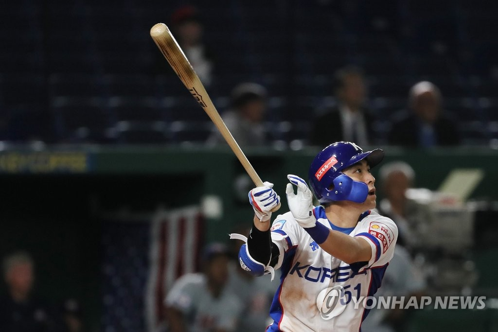 Lee Jung-hoo of South Korea watches his double against the United States in the bottom of the third inning of the teams' Super Round game at the World Baseball Softball Confederation (WBSC) Premier12 at Tokyo Dome in Tokyo on Nov. 11, 2019. (Yonhap)