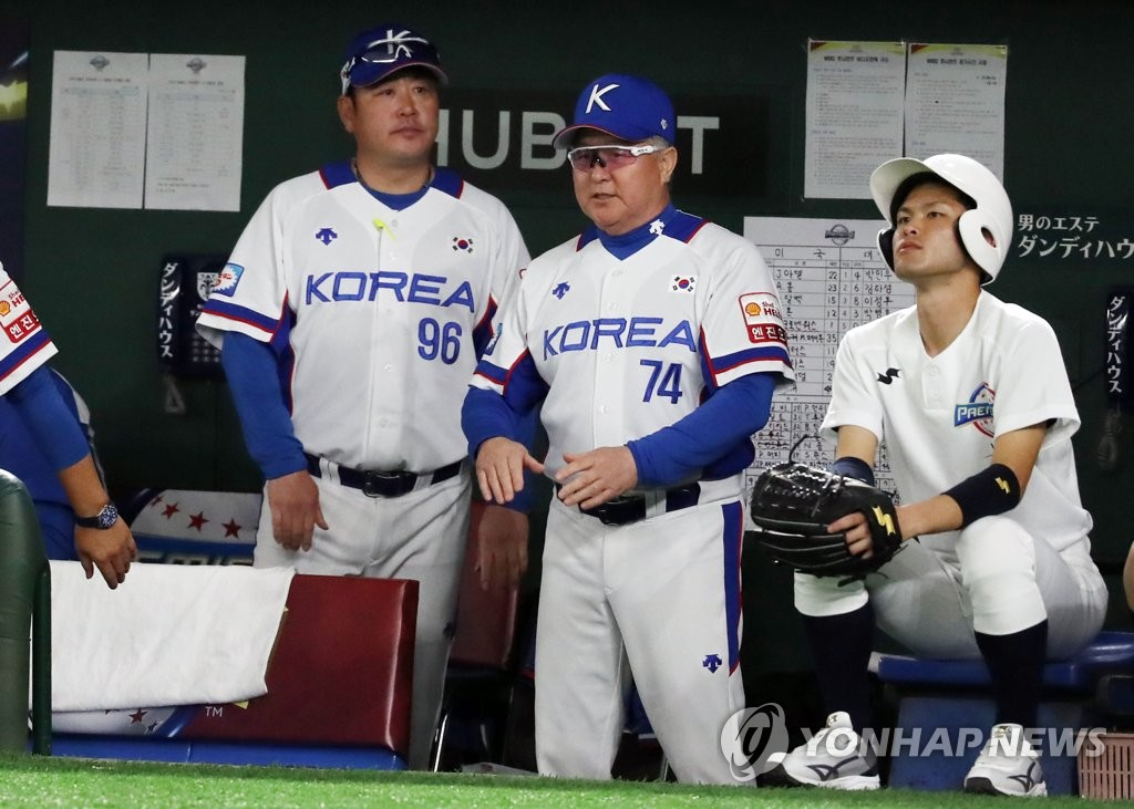 South Korean manager Kim Kyung-moon (C) watches his team in action against the United States in the Super Round at the World Baseball Softball Confederation (WBSC) Premier12 at Tokyo Dome in Tokyo on Nov. 11, 2019. (Yonhap)