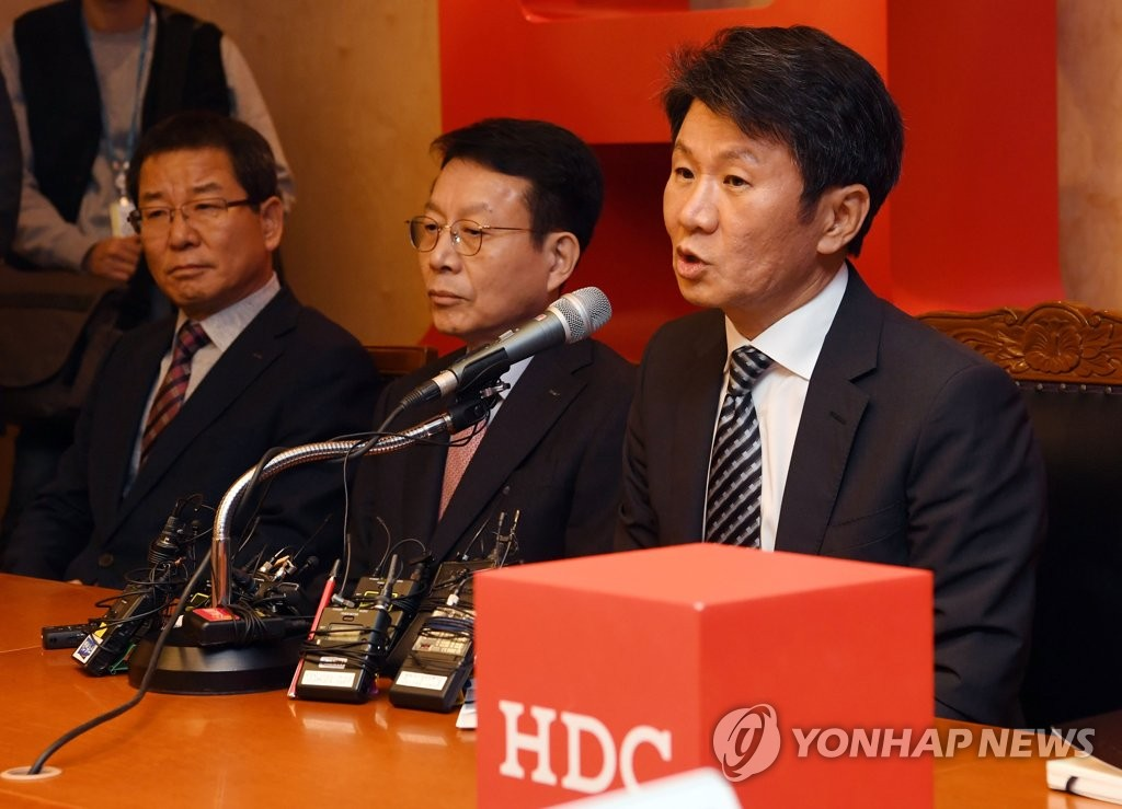 In this photo taken on Nov. 12, 2019, HDC Hyundai Development Chairman Chung Mong-gyu (R) answers questions from reporters on the company's plan to enhance Asiana Airlines' financial status after acquisition at a press conference held at its headquarters in Seoul. (Yonhap)