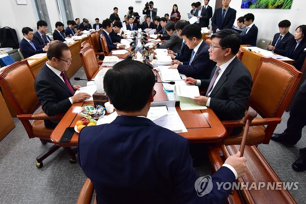 의사봉 두드리는 김재원 위원장