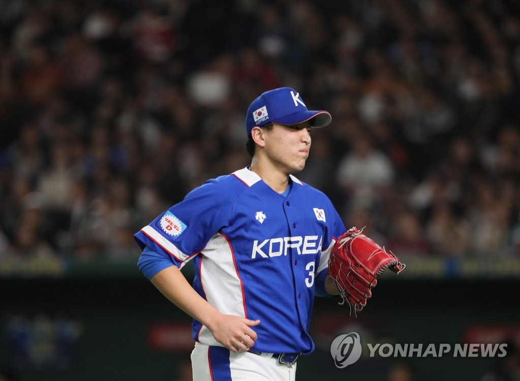Lee Seung-ho of South Korea leaves the mound after getting pulled against Japan in the bottom of the third inning of the teams' Super Round game at the World Baseball Softball Confederation (WBSC) Premier12 at Tokyo Dome in Tokyo on Nov. 16, 2019. (Yonhap)