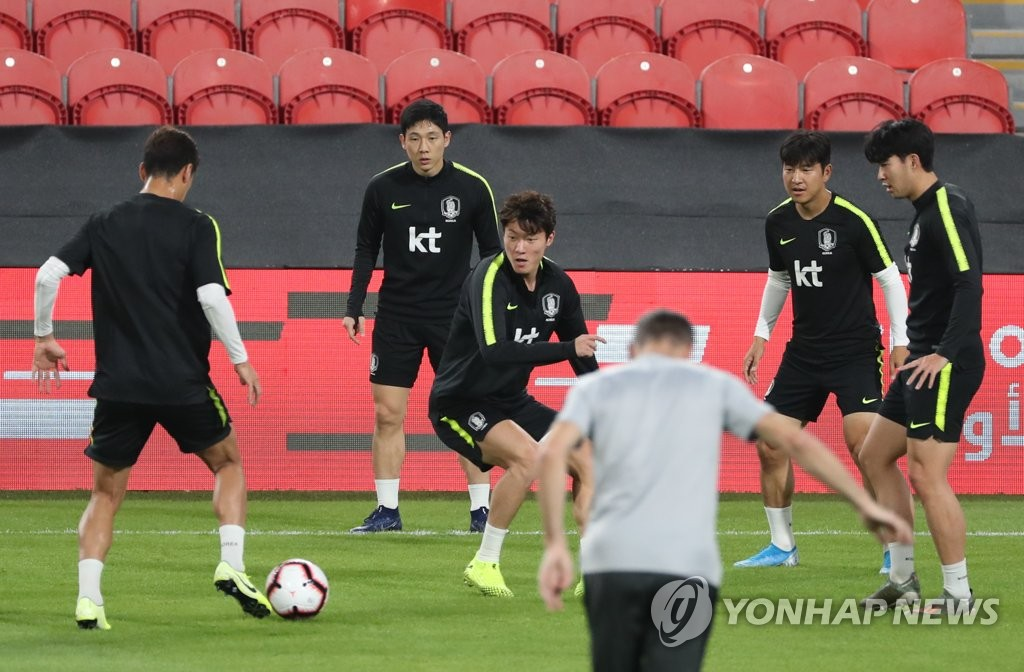 In this file photo from Nov. 18, 2019, members of the South Korean national men's football team practice at Mohammed Bin Zayed Stadium in Abu Dhabi, on the eve of a friendly match against Brazil. (Yonhap)