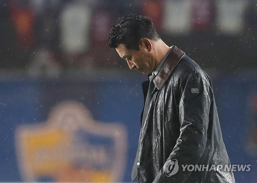 Ulsan Hyundai FC head coach Kim Do-hoon hangs his head after a 4-1 loss to Pohang Steers in the teams' K League 1 match at Ulsan Stadium in Ulsan, 400 kilometers southeast of Seoul, on Dec. 1, 2019. (Yonhap)