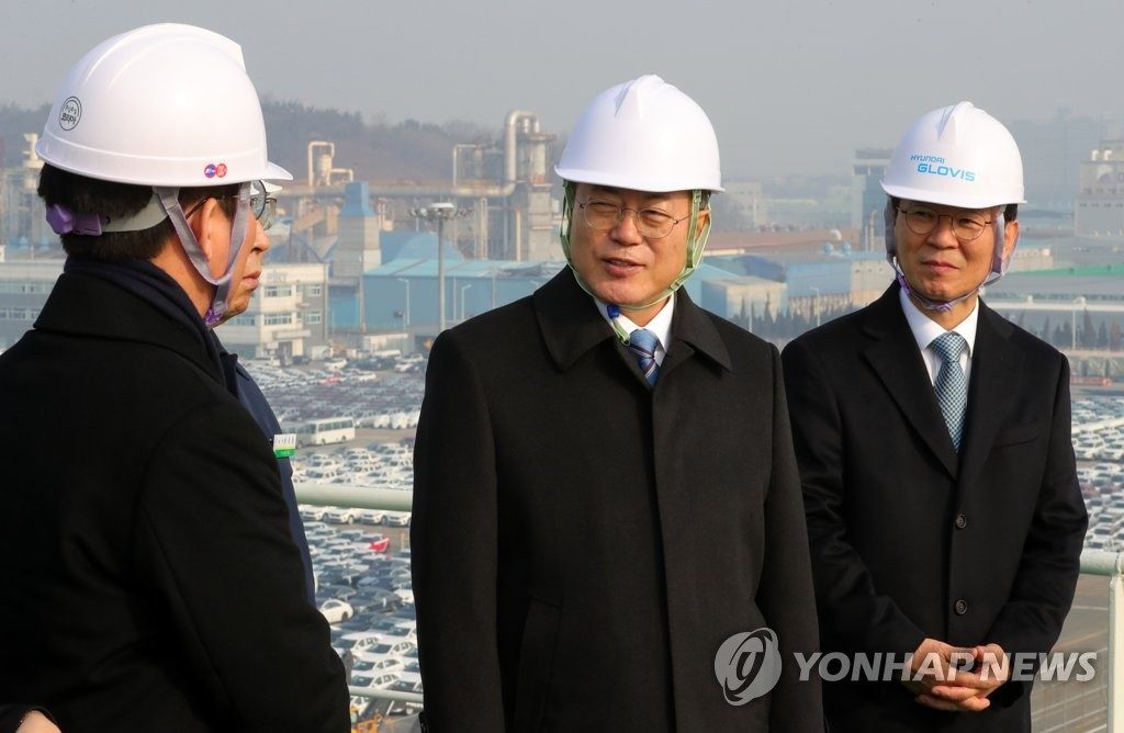 President Moon Jae-in (C) talks with Industry Minister Sung Yun-mo (L), flanked by Ocean Minister Moon Seong-hyeok, at the Pyeongtaek-Dangjin port, a trade hub of South Korea's vehicle exports located some 70 kilometers southwest of Seoul, on Jan. 3, 2020. (Yonhap)