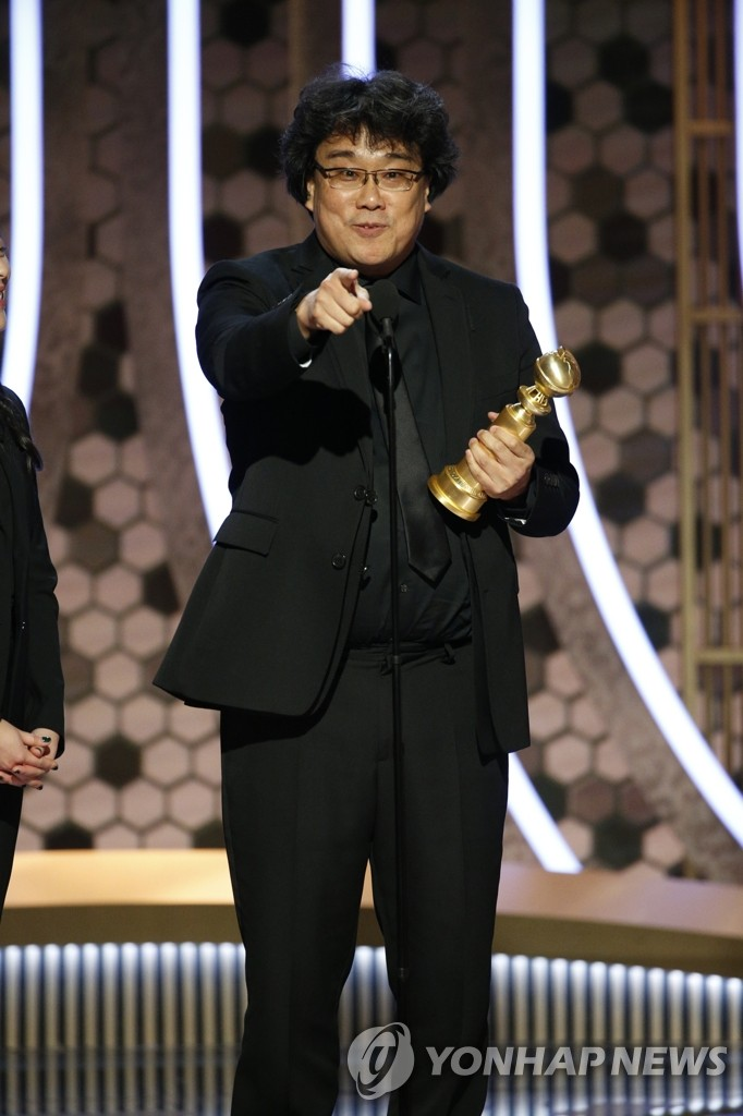 "In this photo moved by the Associated Press, South Korean director Bong Joon-ho accepts the award for best foreign language film for ""Parasite"" at the 77th Annual Golden Globe Awards at the Beverly Hilton Hotel in Beverly Hills, California, on Jan. 5, 2020. (Yonhap)"