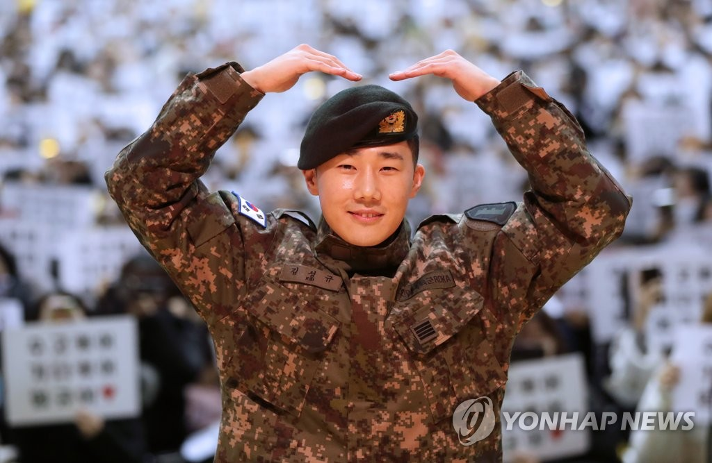 INFINITE's Sungkyu poses for photos after being discharged from the military on Jan. 8, 2019. (Yonhap)