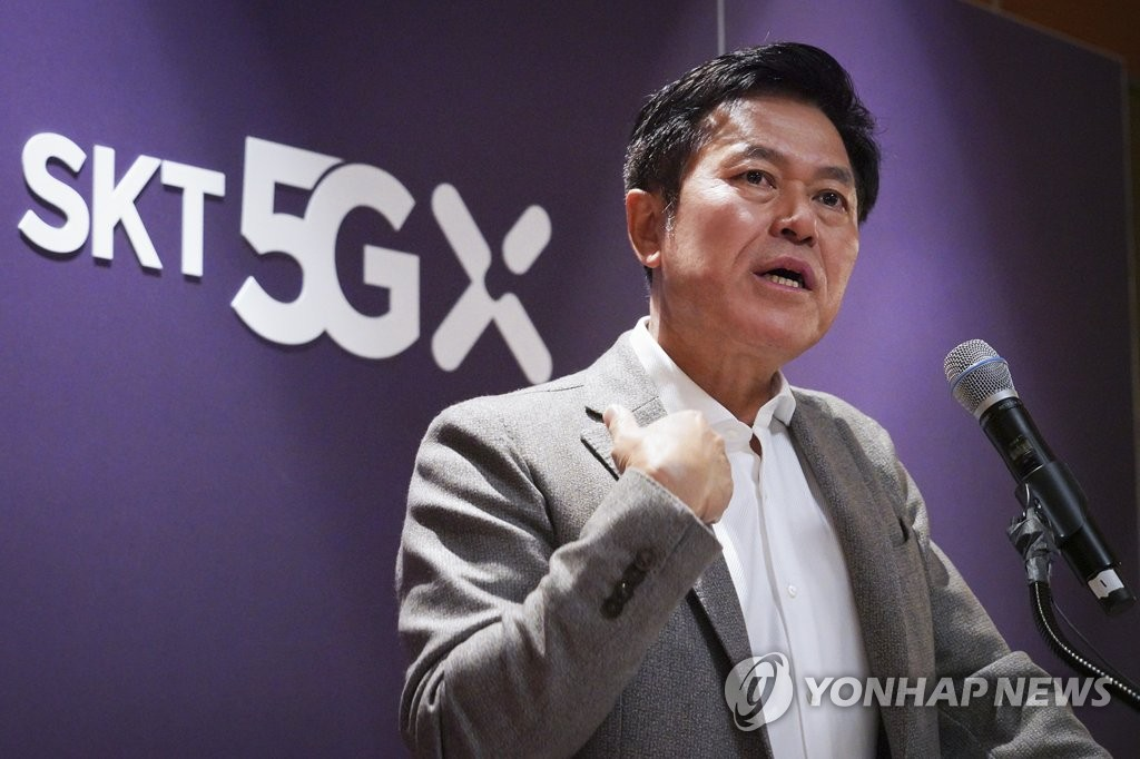 In this photo provided by SK Telecom Co. on Jan. 8, 2020, SK Telecom CEO Park Jung-ho speaks at a press conference at a restaurant in Las Vegas, Nevada. (PHOTO NOT SALE) (Yonhap)