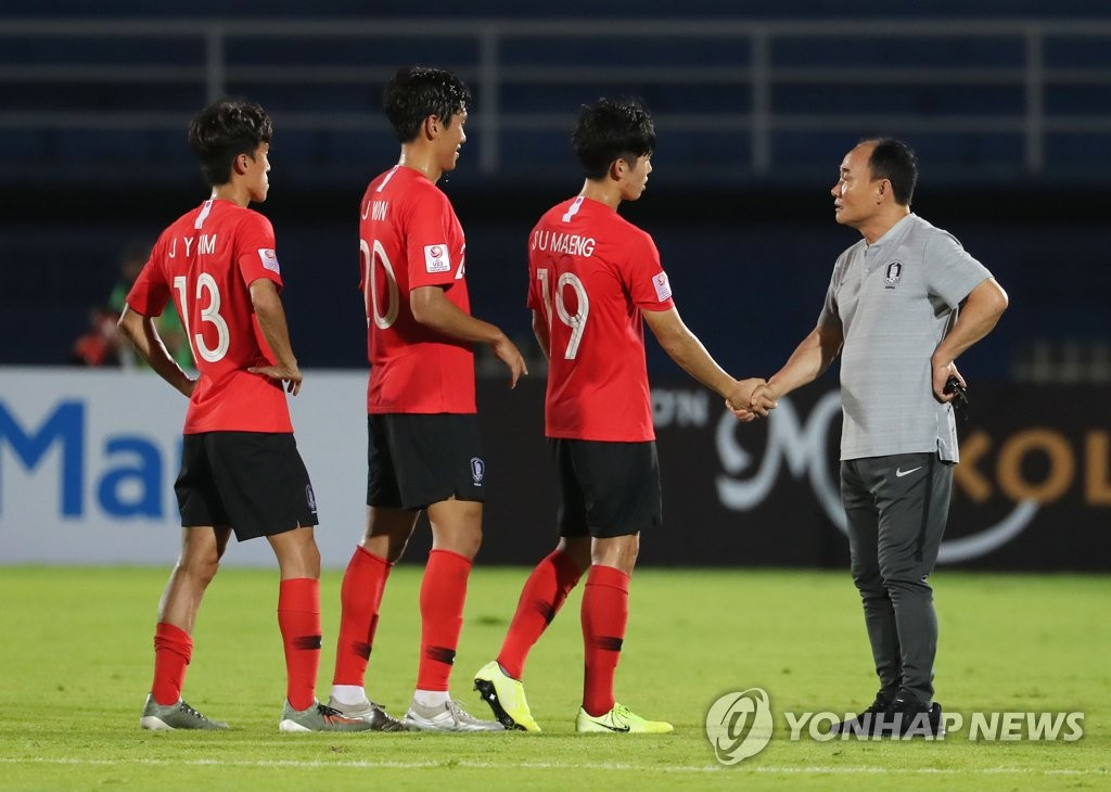South Korea head coach Kim Hak-bum (R) shakes hands with his midfielder Maeng Seong-ung after South Korea defeated Iran 2-1 in the teams' Group C match at the Asian Football Confederation U-23 Championship at Tinsulanon Stadium in Songkhla, Thailand, on Jan. 12, 2020. (Yonhap)