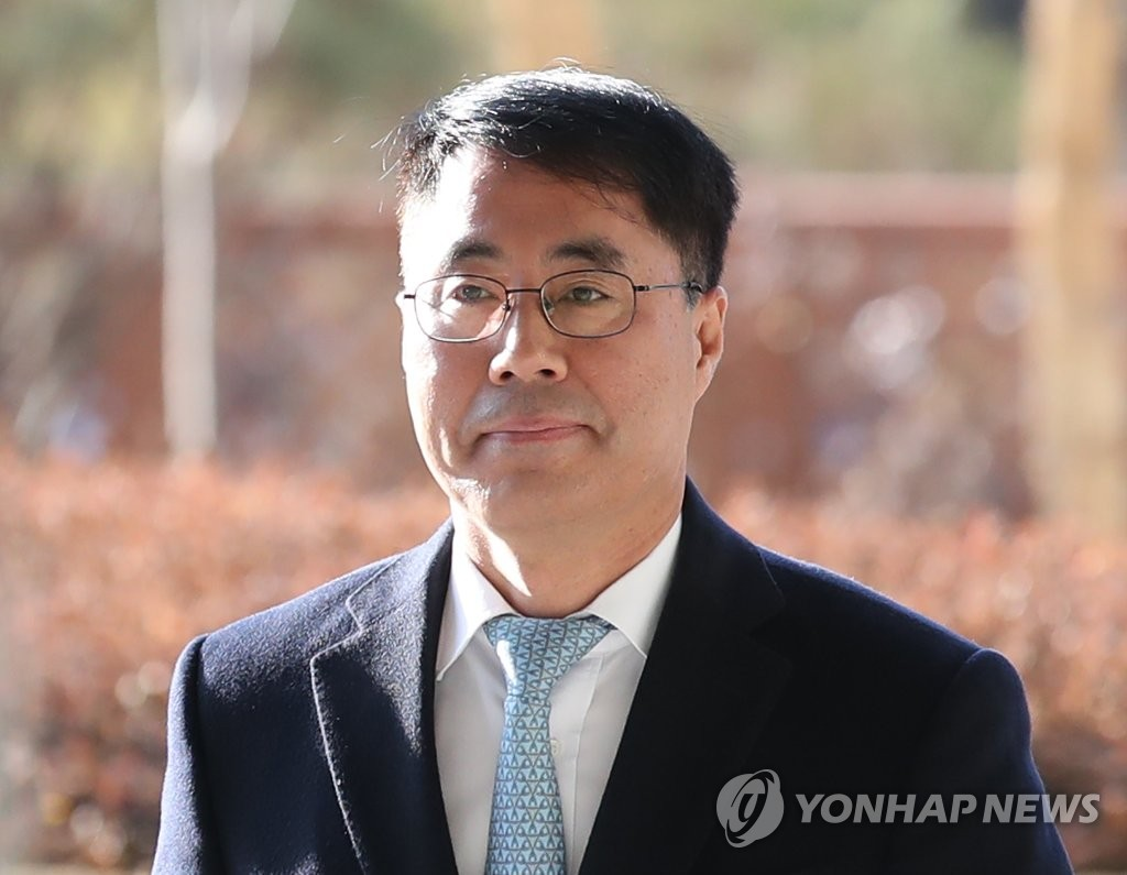 Former Supreme Court senior judge Yoo Hae-yong attends a trial at the Seoul Central District Court on Jan. 13, 2020. (Yonhap)