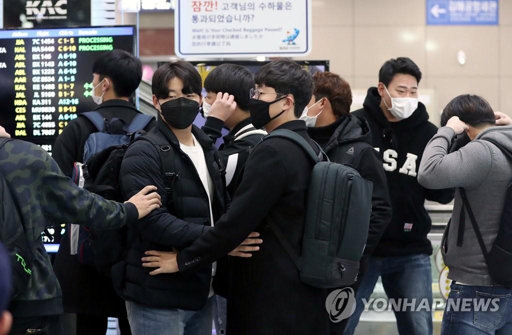 1월 30일 마스크를 쓴 채 김해공항에서 호주로 출국하는 롯데 선수단
