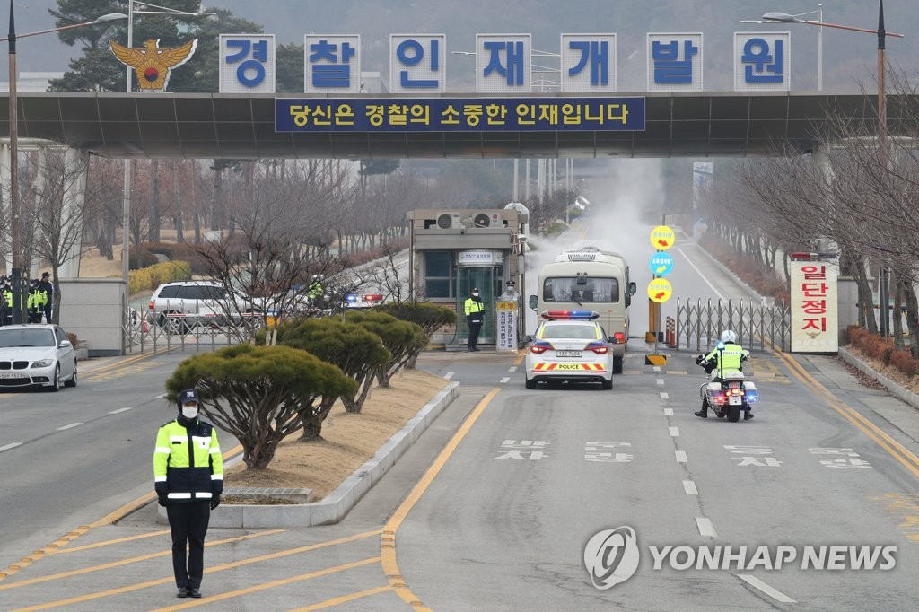 A bus carrying South Korean evacuees from the coronavirus-hit Chinese city of Wuhan enters the Police Human Resources Development Institute, a makeshift shelter in Asan, about 90 kilometers south of Seoul, on Feb. 1, 2020. (Yonhap)