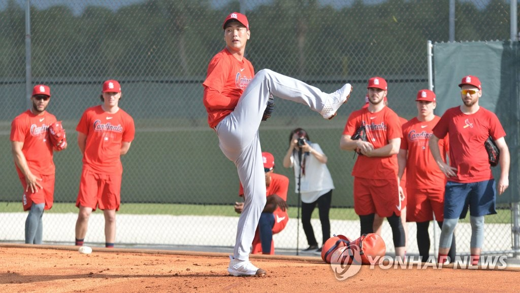 Kim Kwang-hyun of the St. Louis Cardinals pitches in the bullpen during the club's spring training camp at Roger Dean Chevrolet Stadium in Jupiter, Florida, on Feb. 11, 2020. (Yonhap)