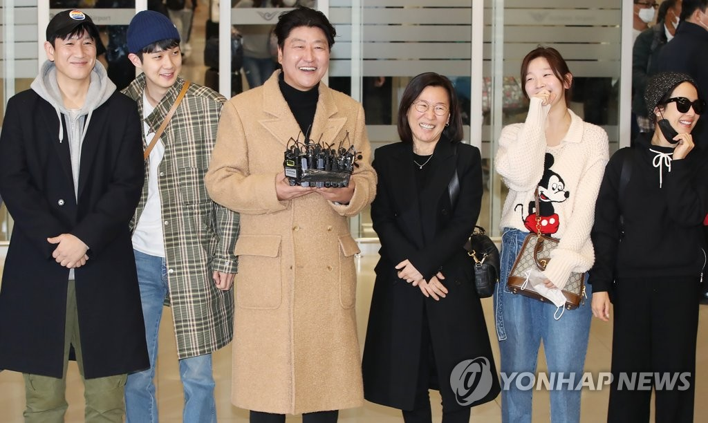 """Parasite"" actor Song Kang-ho (3rd from L) speaks to reporters upon arrival at the Incheon International Airport, west of Seoul, on Feb. 12, 2020. (Yonhap)"