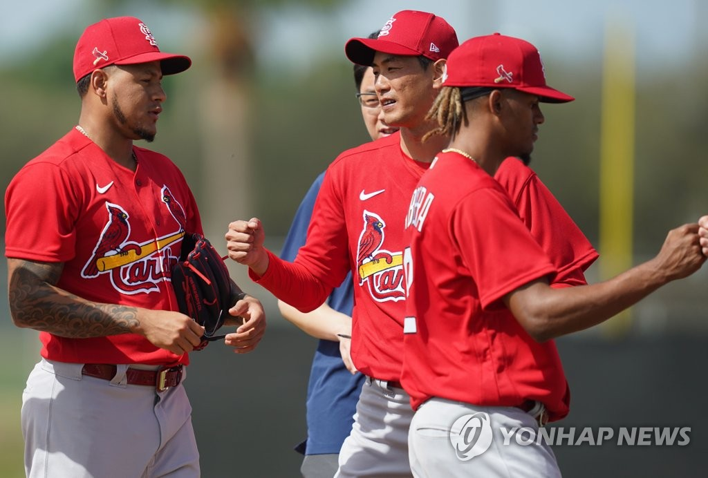 Carlos Martinez (L) and Kim Kwang-hyun (C) of the St. Louis Cardinals take part in a drill during spring training at Roger Dean Chevrolet Stadium in Jupiter, Florida, on Feb. 12, 2020. (Yonhap)
