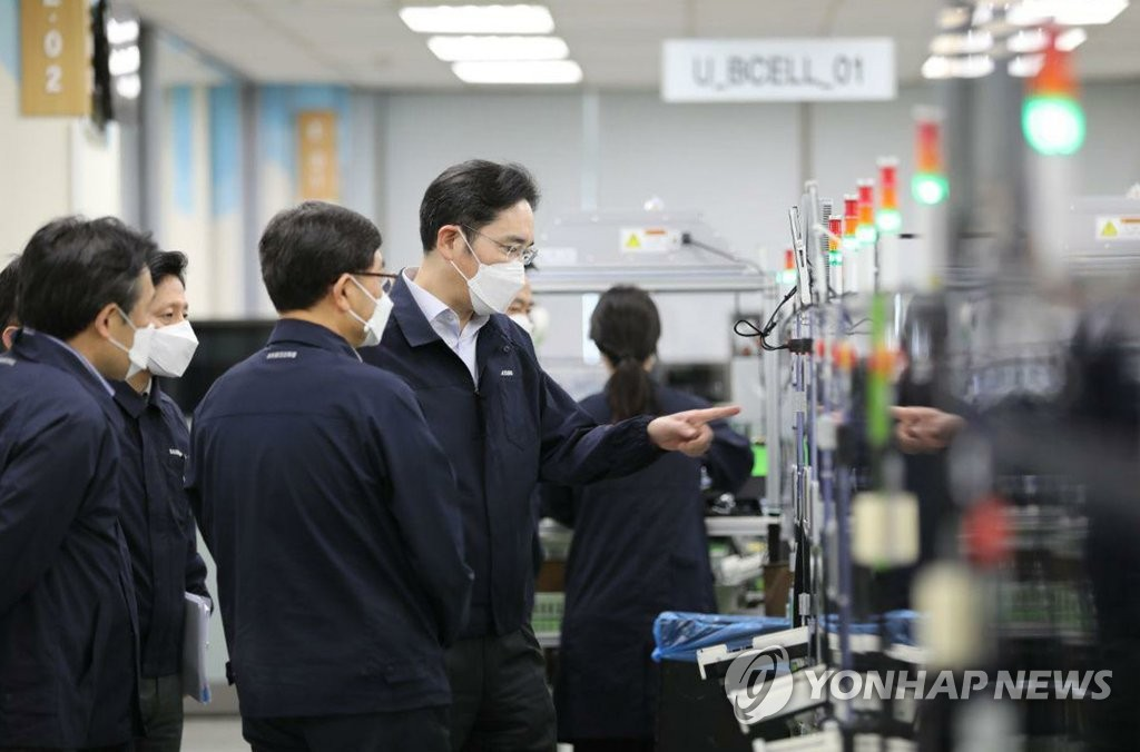 In this photo provided by Samsung Electronics Co. on March 3, 2020, Samsung Electronics Vice Chairman Lee Jae-yong (C) inspects the company's factory in Gumi, North Gyeongsang Province. (PHOTO NOT FOR SALE) (Yonhap)